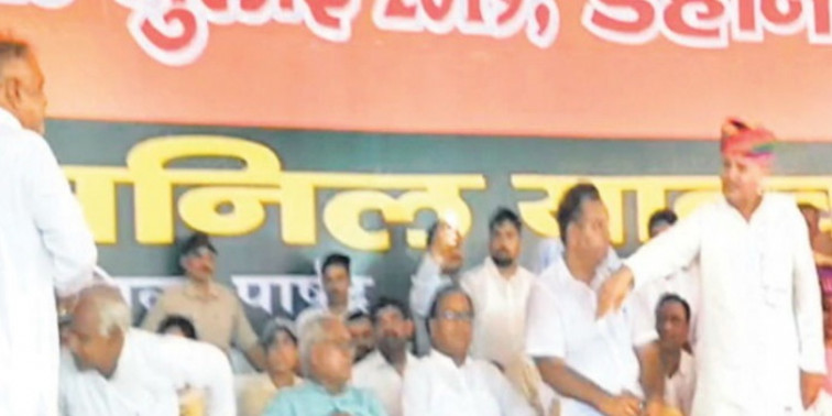 इंद्रजीत ने विधायक का भाषण रुकवाया, बोले-यहां काम किसी की चापलूसी से नहीं, हमारे रुतबे से हुए