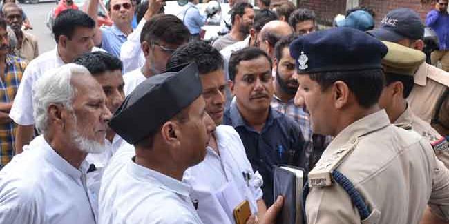 पुलिस ने उठाई नेताजी की कार, कार्यकर्ताओं ने लगा दिया सड़क पर जाम