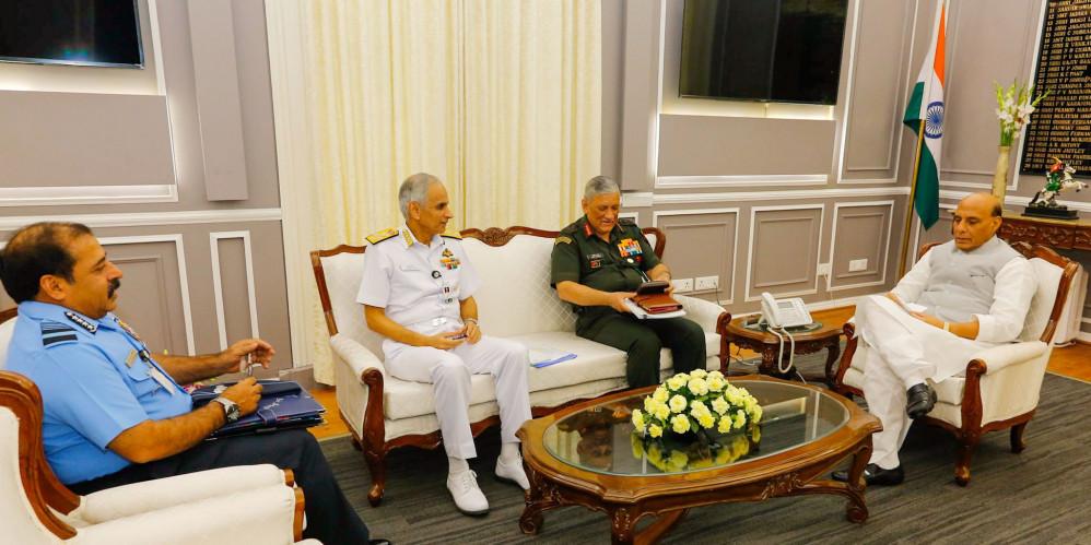 तीनों सेना प्रमुख बिपिन रावत, करमबीर सिंह और आरकेएस भदौरिया के साथ रक्षा मंत्री राजनाथ सिंह ने की बैठक