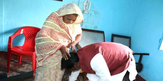 कांग्रेस प्रत्याशी कालीचरण मुंडा की मां से आशीर्वाद लेने पहुंचे अर्जुन मुंडा