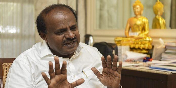 आत्महत्या करने वाले किसान के घर पहुंचे CM कुमारस्वामी, दिया मुआवजा
