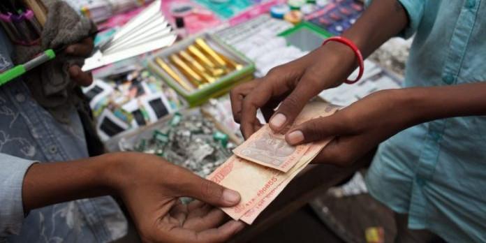 भारत की अर्थव्यवस्था डगमगाई, बाज़ार में बढ़ी बेचैनी