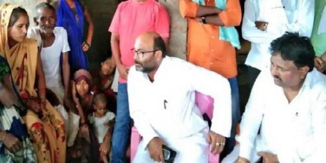 अमेठी: प्रियंका गांधी के बाद पीड़ित परिवार से मिले कांग्रेस नेता, बोले- लड़ाई में साथ