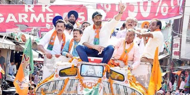 Sunny Deol Elections News 2019: सनी देयोल ने खुले ट्रक में निकाला 50 किमी लंबा रोड शो, दिखा 'गदर' अवतार