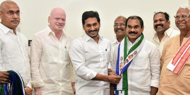 Senior TDP leader Thota Trimurthulu meets Andhra CM Jagan, joins YSRCP