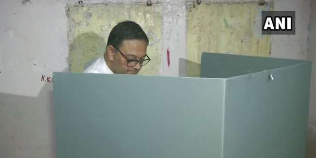 द. कोलकाता संसदीय क्षेत्र से भाजपा उम्मीदवार सीके बोस ने मतदान केंद्र पर डाला अपना वोट