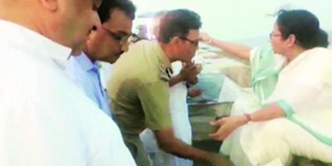 मुख्यमंत्री के पैर छूते आइजी का वीडियो हुआ वायरल