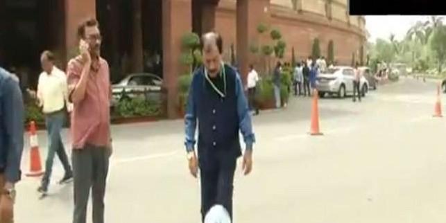 टीएमसी सांसद प्रसून बनर्जी ने संसद परिसर में खेला फुटबॉल