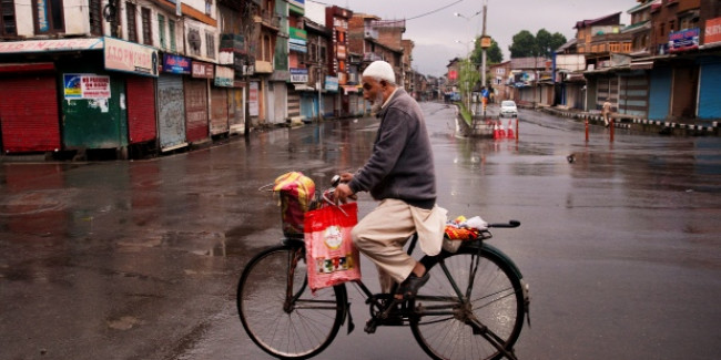 कश्मीर में सामान्य हो रहे हालात, सोमवार से खोले जा सकते हैं स्कूल-कॉलेज