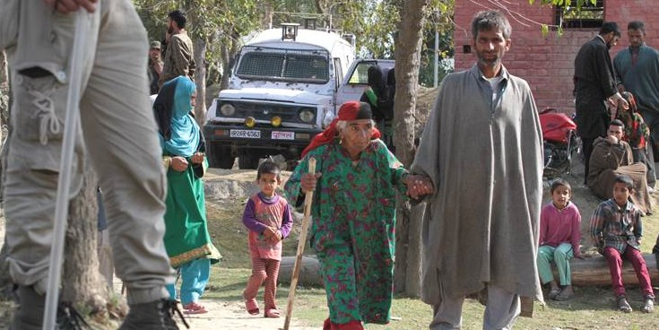 उधमपुर व श्रीनगर लोकसभा सीटों पर मतदान जारी, पोलिंग बूथ पर भारी संख्या में पहुंचे लोग