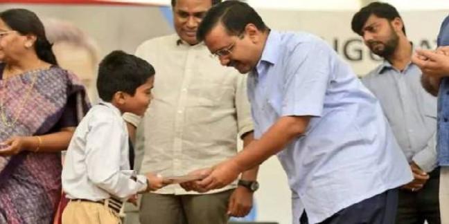 सीएम अरविंद केजरीवाल ने स्कूली बच्चों में बांटे मास्क, प्रदूषण के लिए हरियाणा-पंजाब सरकार को ठहराया जिम्मेदार