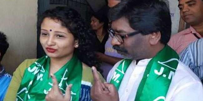 झारखंड के पूर्व CM हेमंत सोरेन और उनकी पत्नी पर FIR