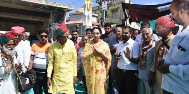 दिया कुमारी ने कहा- आप PM मोदी को मजबूत करें, मैं आपको मजबूत करूंगी, देखें तस्वीरें