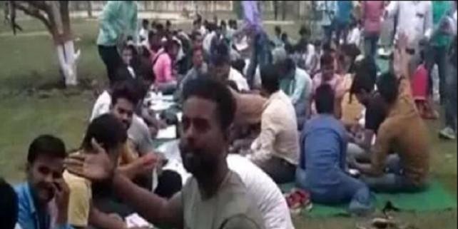 बिहार की बदहाल शिक्षा व्यवस्था, सीढ़ी और मैदान में बैठ परीक्षा देने को मजबूर छात्र