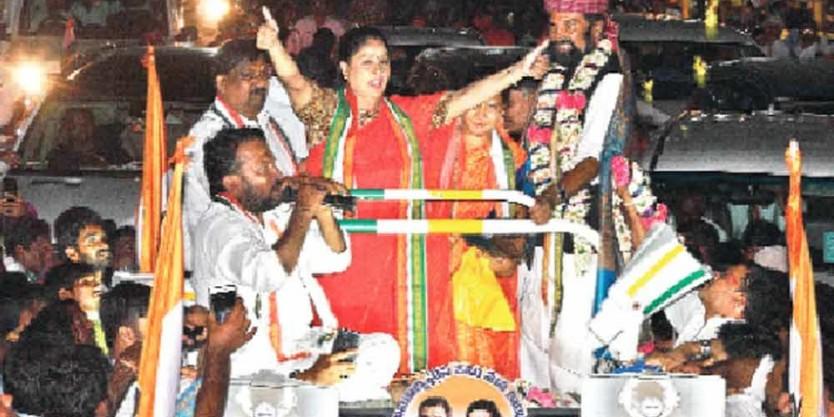 Vijayashanti appeals to people to defeat BJP, TRS