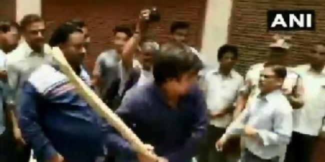 विजयवर्गीय के विधायक बेटे आकाश ने निगम अफसर को बैट से पीटा; गिरफ्तार