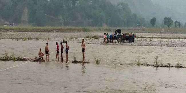 ब्यास नदी में गिरी स्कॉर्पियो, दिल्ली से कुल्लू वोट डालने जा रहे थे दंपती
