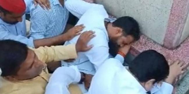 मूर्ति के सामने रोने वाले SP नेता बोले- BJP बताए वो गांधी या गोडसे की समर्थक