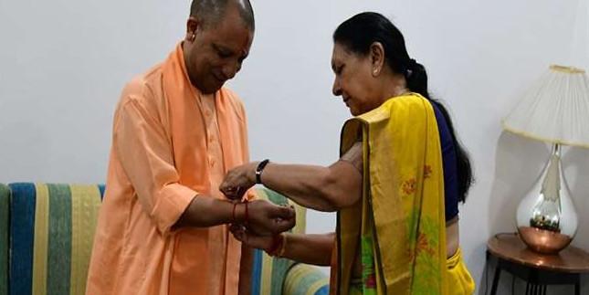 HappyRakshabandhan सीएम योगी आदित्यनाथ ने राज्यपाल आनंदीबेन पटेल से राखी बंधवाई