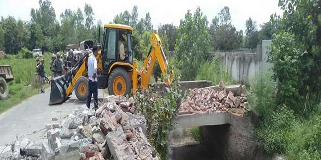रामपुर में समाजवादी पार्टी के सांसद आजम खां के हमसफर रिजॉर्ट की दीवार पर चला बुलडोजर