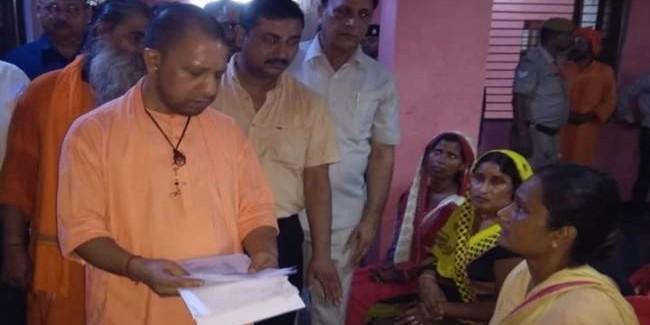 गोरखपुर में फरियादियों से मिलकर अयोध्या रवाना हुए सीएम योगी आदित्यनाथ