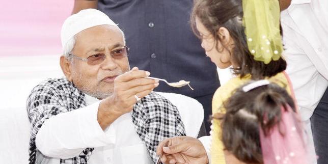 गांधी मैदान पहुंच कर ईद की नमाज में शामिल हुए CM नीतीश कुमार, कहा- सभी धर्मों का सम्मान नहीं करने वाला धार्मिक नहीं