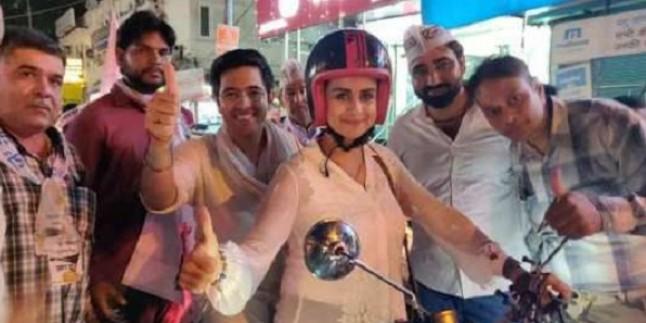 AAP उम्मीदवार राघव चड्ढा के समर्थन में उतरीं अभिनेत्री गुल पनाग, बुलेट पर बिठाकर दिल्लीवासियों से मांगे वोट