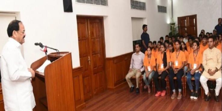 उत्तराखंड के 55 टॉपर्स ने की उपराष्ट्रपति वेंकैया नायडू से मुलाकात