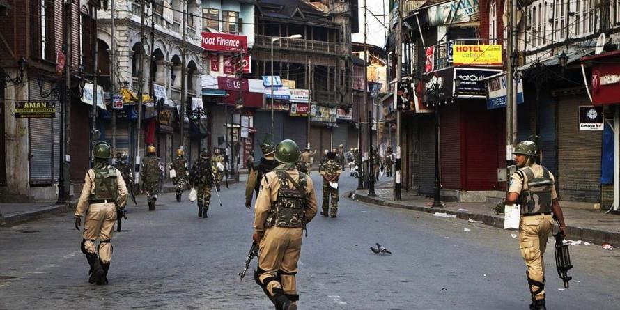 कश्मीर में पाबंदी, प्रेस का 'सरेंडर'; क्या लोकतंत्र ख़तरे में नहीं?