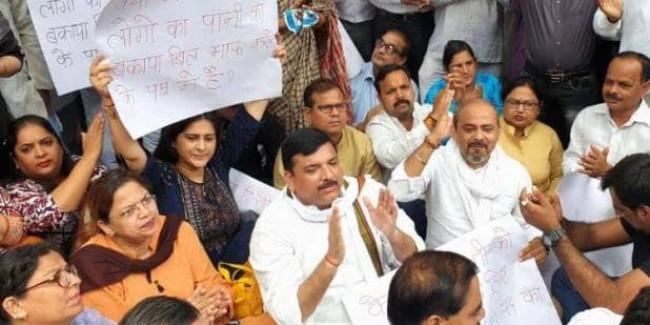 बीजेपी नेता विजय गोयल के घर के बाहर AAP नेताओं का प्रदर्शन, संजय सिंह ने पूछे सवाल