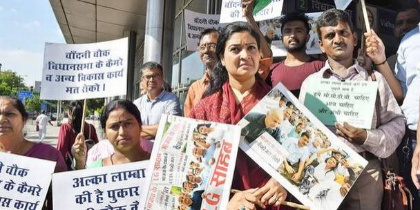 अलका लांबा ने मुख्यमंत्री आवास पर किया प्रदर्शन, सीसीटीवी प्रोजेक्ट रोकने का लगाया आरोप