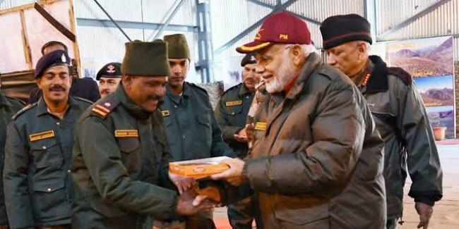 सैनिकों संग दिवाली मनाने राजौरी पहुंचे पीएम मोदी, अनुच्छेद 370 हटने के बाद पहली बार J&K आए