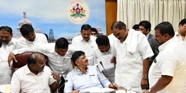 कर्नाटक में फिर शुरू हुई 'रिसॉर्ट की राजनीति', विश्वास मत से पहले विधायकों को रिसॉर्ट में ले जाया गया