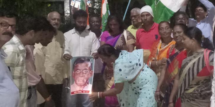 केंद्रीय मंत्री संतोष गंगवार के विवादित बयान पर कांग्रेस कार्यकर्ताओं ने किया विरोध प्रदर्शन