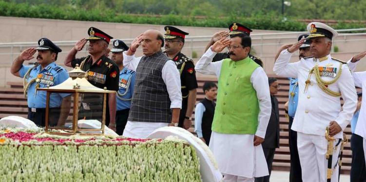 कारगिल विजय दिवस: राजनाथ सिंह ने वॉर मेमोरियल पर दी शहीदों को श्रद्धांजलि