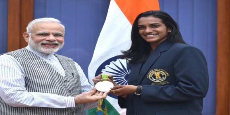 पीवी सिंधू ने पीएम मोदी से की मुलाकात, खेल मंत्री ने सौंपा 10 लाख रुपये का चेक